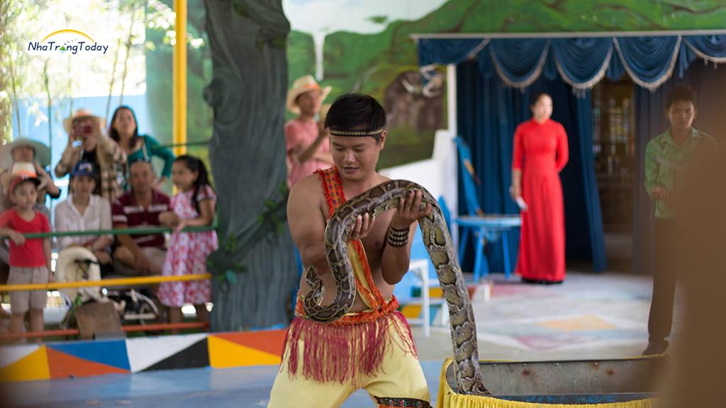 Xiếc thú tại suối hoa lan Nha Trang